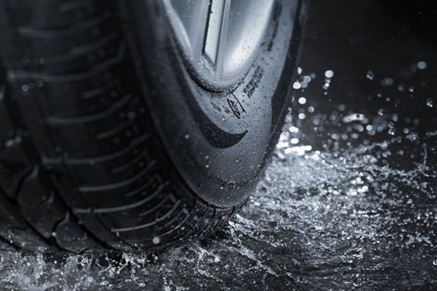 Kunci Aman Melibas Jalanan Tergenang Air di Musim Hujan