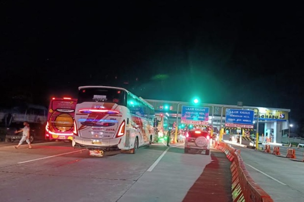 Kendaraan dari Luar Daerah Padati Gerbang Tol Colomadu
