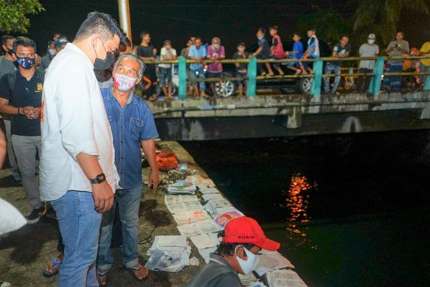 Malam Hari Bobby Nasution Cek Parit Busuk Sekalian Traktir Warga Makan Sate dan Ngopi
