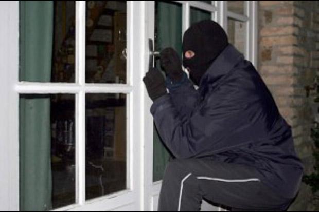 Pencuri Bermasker Gasak Ponsel Perawat