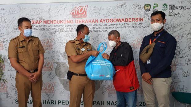 Rawan Terpapar COVID-19, Pemulung di Gowa-Makassar Dapat Bantuan APD