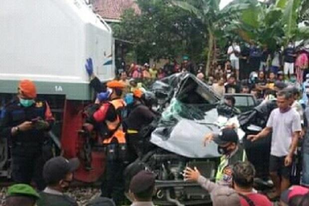 Terjepit Bodi Mobil, Sopir yang Ditabrak KA Penataran Blitar-Surabaya Tewas