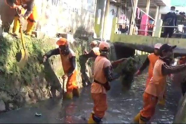 Antisipasi Banjir, PPSU Bersihkan Sampah di Aliran Kali Matraman