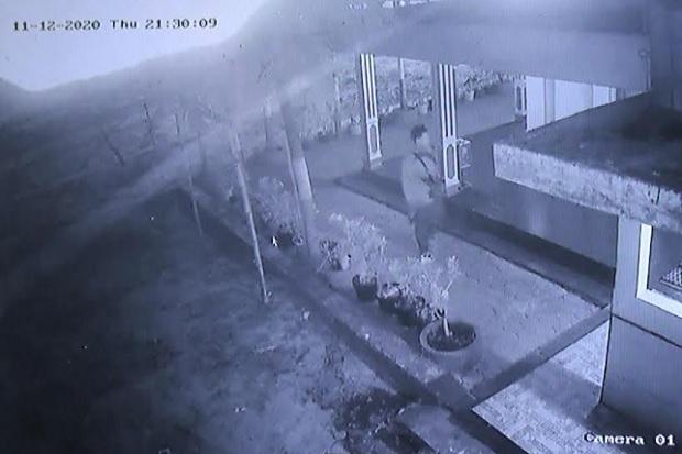 Terekam CCTV, Pencuri Tembak Kaca Kotak Amal Masjid dengan Pistol