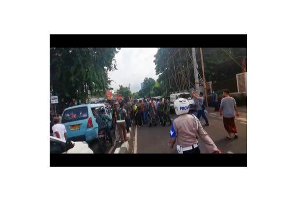 TNI-Polri Copot Spanduk Habib Rizieq di Petamburan, Laskar FPI: Woi Mau Ngapain Itu?