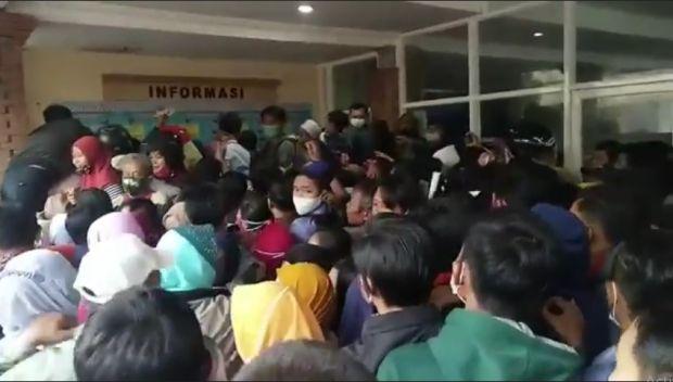 Antrean Warga Urus KTP untuk Pilkada Kabupaten Mojokerto Ricuh