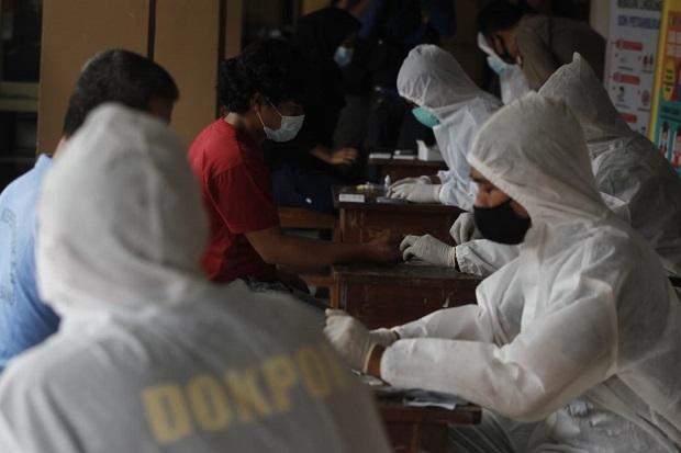 Warga Petamburan Jalani Rapid Test, Polisi dan TNI Disiagakan