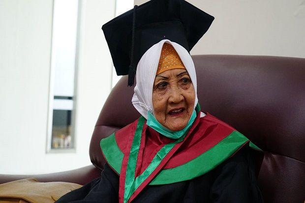Berusia 78 Tahun, Adik Kandung Wakil Presiden Try Sutrisno Selesaikan Pendidikan Sarjana