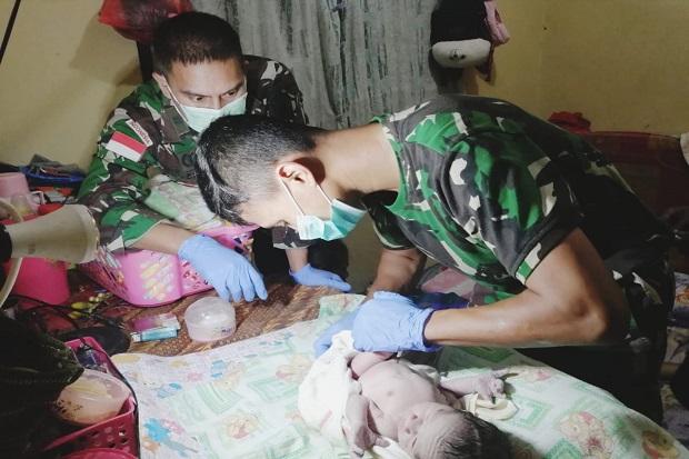 Tangis Bahagia Pecah di Papua, Saat Prajurit Kostrad Bantu Kelahiran Bayi Secara Darurat
