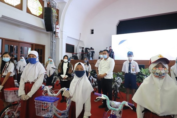 Tangis Risma Pecah Saat Anak-anak Surabaya Nyanyikan Lagu Kado Ultahnya