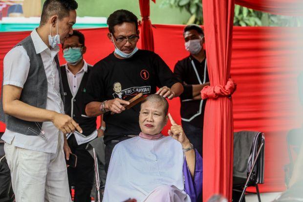 Rayakan Kemenangan Eri-Armudji, Kader PDIP Cukur Gundul Massal