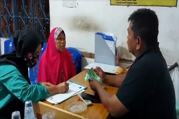 Keterlaluan! Pasutri Tipu Nenek Penjual Kue Keliling dengan Uang Palsu