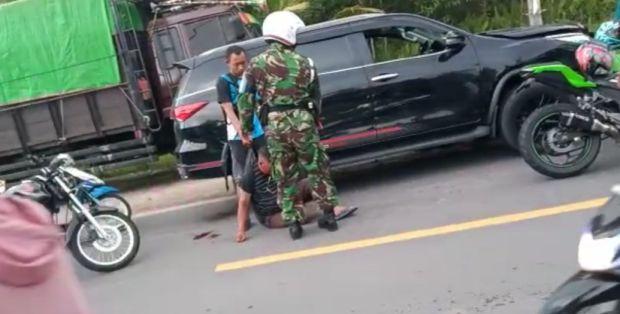 Sopir Ugal-ugalan Dihajar Massa Usai Tabrak Mobil dan Motor di Komplek Lanud Iskandar