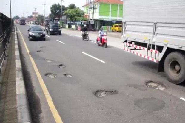 Awas, Jalan Berlubang di Jalur Pantura Cirebon Bikin 4 Mobil Pecah Ban