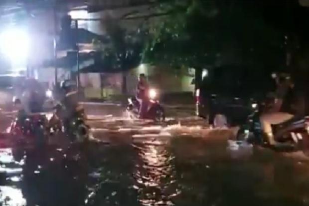 Jalur Pantura Gresik Terendam Banjir, Drainase Minim dan Mampet