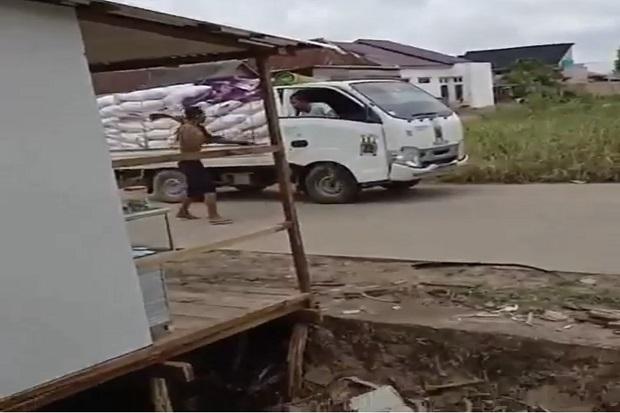 Perampok Tak Berbaju Dihajar Massa Usai Bacok Sopir Truk di Ogan Ilir