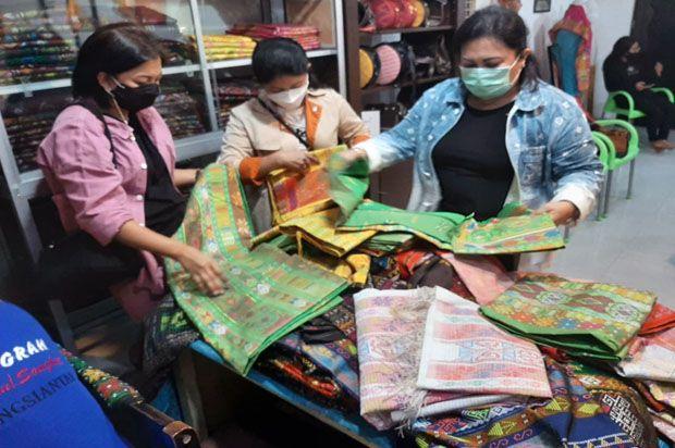 Ketua Bhayangkari Sumut Motivasi Pengrajin Ulos untuk Menembus Pasar Modern