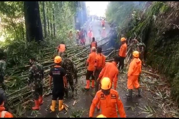 Hujan Lebat Akibatkan Longsor, Jalur Tasikmalaya-Garut Tertutup Material