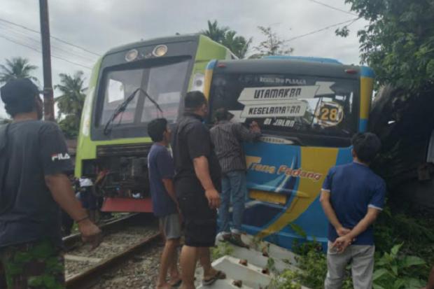 Kereta Api Tabrak Bus Trans Padang Sopir Alami Luka Berat