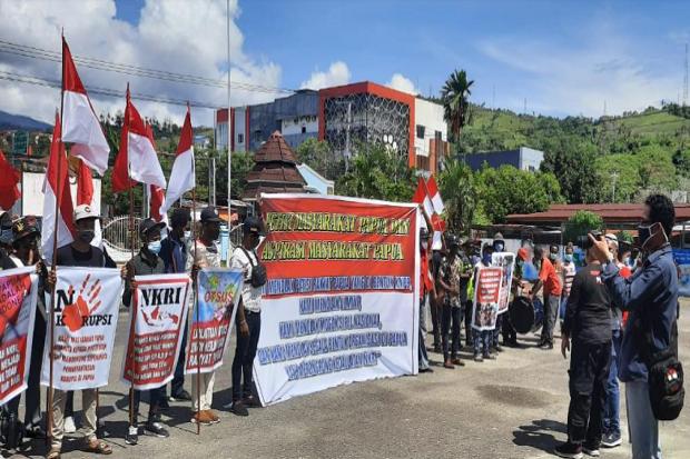 Ratusan Pemuda Papua Demo MRP dan DPR Papua