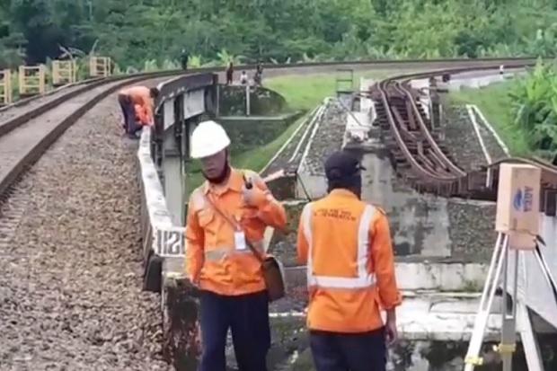 Gawat, Pilar Jembatan KA di Brebes Kembali Ambruk, Tiang yang Baru Tergerus