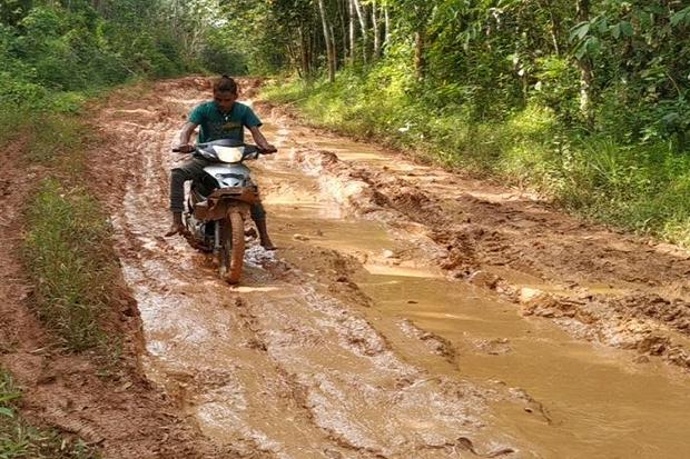 Warga Desa Bengkuang Banyuasin Keluhkan Buruknya Akses Jalan