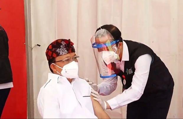 Disuntik Vaksin COVID-19, Gubernur Bali Bilang Ngeri-ngeri Sedap