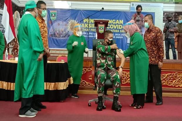 Gubernur Sumbar Irwan Prayitno Batal Menerima Vaksin Pertama, Ini Alasannya