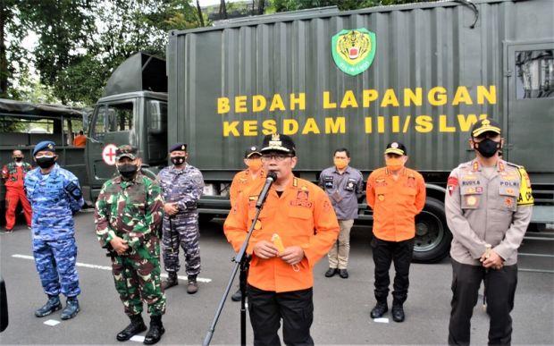 Tunggangi Motor, Ridwan Kamil Kawal Vaksinasi COVID-19 Perdana di RSHS Bandung