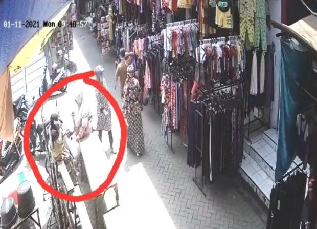 Curi Rokok Dimasukkan Rok, Aksi Emak-emak di Probolinggo Ini Terekam CCTV