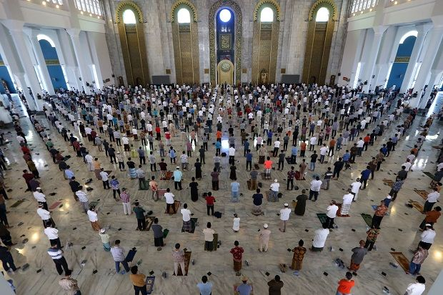 Ada PPKM untuk Cegah COVID-19, Begini Shaf Salat Jumat di masjid Al-Akbar Surabaya