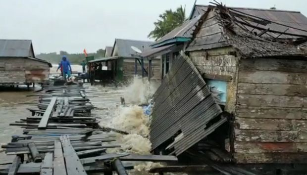 8 Rumah di Kampung Nelayan Jambi Porak-poranda Dihantam Ombak Laut