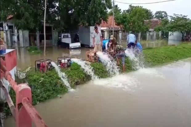 Banjir Rendam 7 Kecamatan, Warga Gunakan Pompa Surutkan Air
