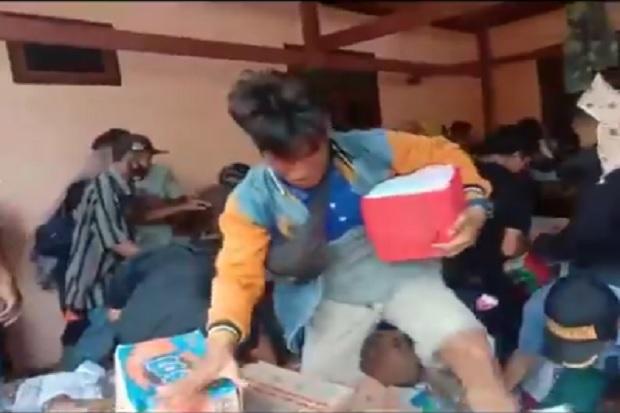 Korban Gempa Majene di Ulumanda Adang Kendaraan dan Berebut Bantuan