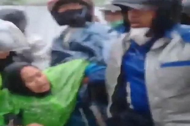 Sumedang Gempar, Ibu Muda Cantik Terseret Arus Banjir Saat Naik Motor