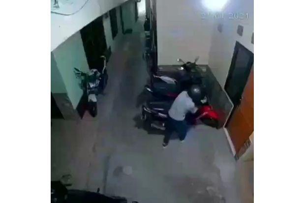 Terekam CCTV, Maling Motor Beraksi dengan Santai di Cipinang Cimpedak