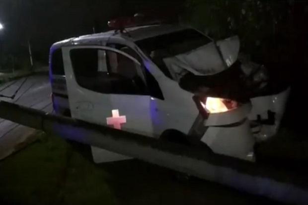 Ngebut, Ambulans Ringsek Tabrak Tiang Listrik hingga Patah