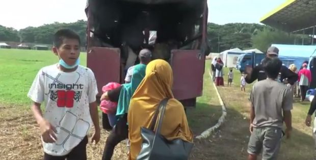 Was-was, Pengungsi Asal Majene Mulai Tinggalkan Stadion H S Mengga Polewali