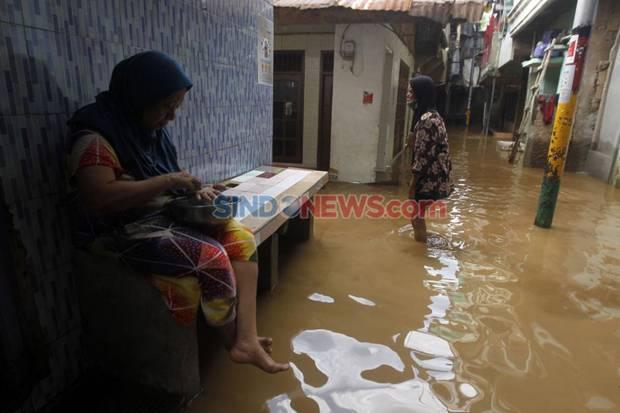 Jangan Panik saat Banjir Jakarta, Warganet: Ngecat Genteng Udah Kelar?