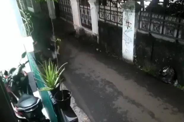 Aksi Jambret Ponsel Terekam CCTV, Incar Anak-Anak yang Asyik Bermain