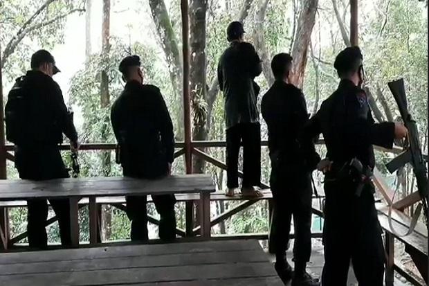 Adapun tim gabungan yang terlibat terdiri dari BKSDA Kalbar, TNI-Polri dan sejumlah mitra. Sejauh ini Adi tidak bisa memastikan satuan yang melepaskan tembakan ke harimau itu. Menuturnya, tim BKSDA, dilengkapi dengan peluru bius. Sementara, TNI-Polri dengan peluru tajam.