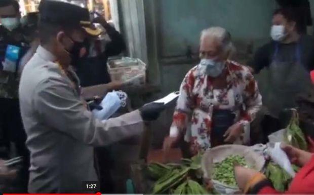 Polisi-TNI di Kota Malang Bagikan Masker dan Imbau Terapkan 5 M
