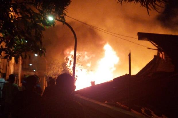 Kebakaran Hebat Gemparkan Kota Bandung, 1 Rumah Kontrakan Ludes Dilalap Api
