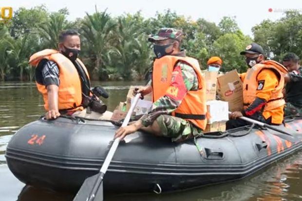 Perjuangan Prajurit TNI AD, Menerjang Banjir Membantu Para Korban Bencana