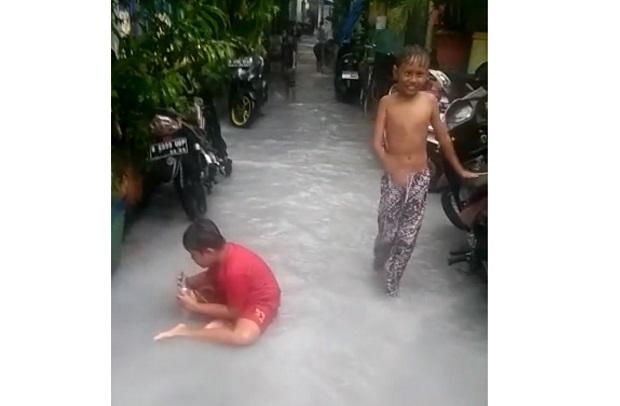 Heboh! Banjir Air Berwarna Putih Susu Kepung Pemukiman Warga Sunter Jaya