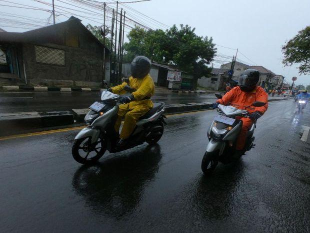 Lima Cara Pintar Hindari Bahaya Saat Naik Motor di Musim Hujan
