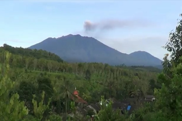Abu Vulkanik Gunung Raung Capai 6.000 meter, 10 Penerbangan di Bandara Banyuwangi Dibatalkan
