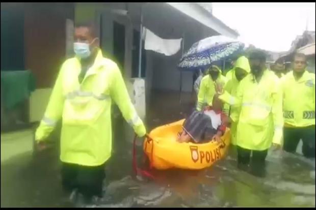 Di Tengah Kepungan Banjir, Sabhara Polres Pekalongan Kota Berjibaku Evakuasi Lansia