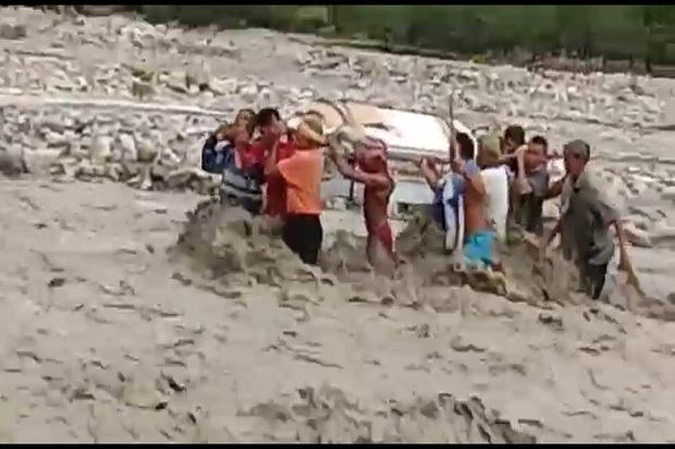 TTS Gempar, Belasan Warga Diterjang Banjir Bandang Saat Gotong Jenazah