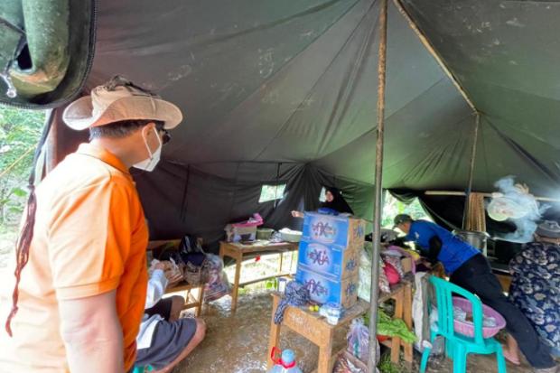 Tinjau Penyaluran BST, Dirut Pos Indonesia Sambangi Korban Bencana Longsor di Purwakarta